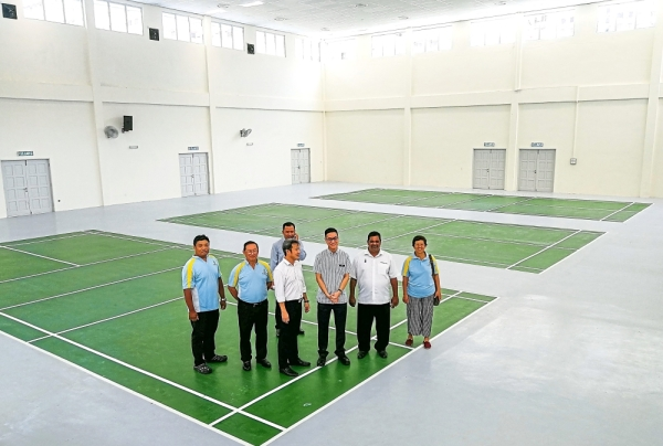 Zairil (grey shirt), Yew (third left) and other officials checking out the badminton courts at the complex.