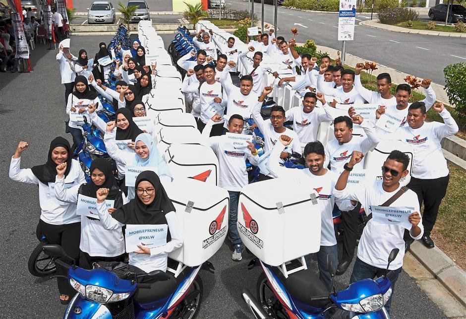 KEPALA BATAS, 3 April -- Sebahagian 63 usahawan muda bergambar dengan motosikal yang diterima mereka menerusi Program Usahawan Bergerak Kementerian Kemajuan Luar Bandar dan Wilayah (MobilepreneurKKLW) selepas majlis penyerahan motosikal itu yang disempurnakan Timbalan Menteri Luar Negeri Datuk Seri Reezal Merican Naina Merican di GiatMara Pulau Pinang hari ini.Program Mobilepreneur yang dilaksanakan oleh KKLW merupakan platform positif bagi belia dan beliawanis menceburi bidang keusahawanan.--fotoBERNAMA (2018) HAK CIPTA TERPELIHARA