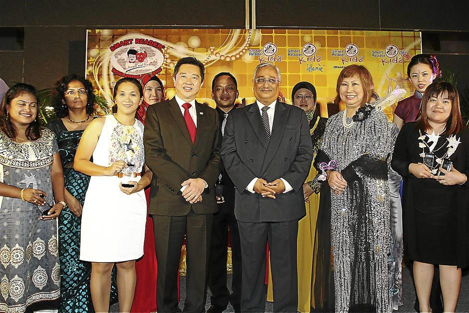 (Fourth from left) Dr Ong, Mohamed Elias and Datin Sri Datuk Dr KH Wang during the Franchisee Award Nite at Hotel Maya in Kuala Lumpur recently.