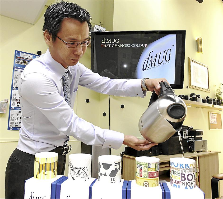 2014 is set be a great year for SMEs such as Dexsim (M) Sdn. Bhd. Dexsim sales and marketing director Kraven Khuaw showign the colour changing feature of their mugs.