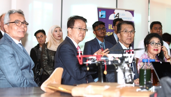 Encouraging SMEs: Mohd Redzuan (left) and Cheah (middle) at the event organised by Asli.