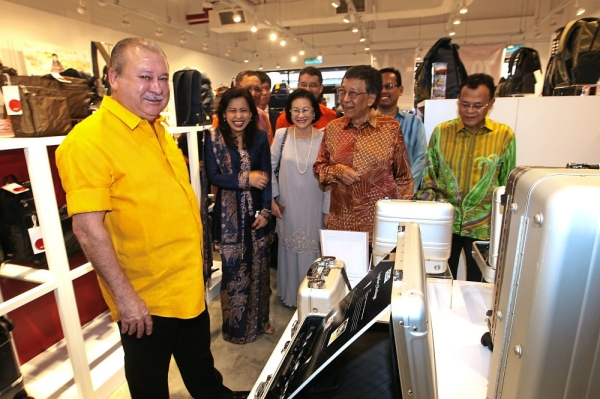 Royal walkabout: Sultan Ibrahim doing a spot of u2018window shoppingu2019 after the official opening of the Johor Premium Outlets. Accompanying His Majesty on a tour of the outlets are Lim (centre) and Johor Mentri Besar Datuk Osman Sapian. u2014 ART CHEN/The Star