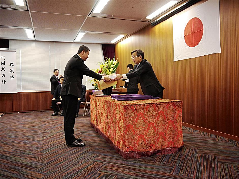 Lee accepting the prestigious Japan Tourism Agency Commissioner¿s Commendation Award last October.