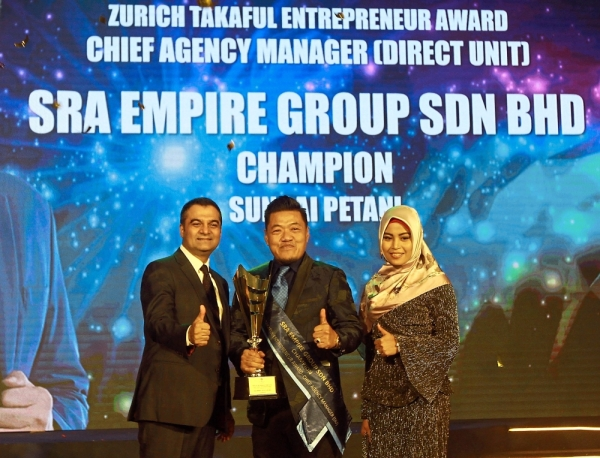 Mukesh (left) with Shah Rizal and his wife during the award presentation.