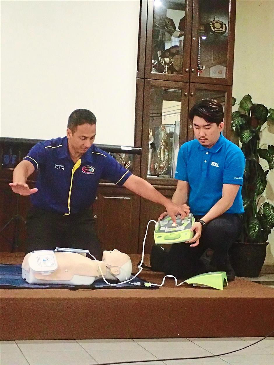 College of Emergency Physicians Academy of Medicine Malaysia emergency physician Dr Izzat Ismail (left) and Zoll Medical Corporation business development executive Even Koh conducting an AED and CPR demonstration for attendees.