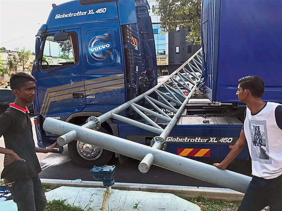 A lorry driver cheated death when a steel gantry fell onto his vehicle at Jalan Rosmerah Utama in Johor Jaya area here.