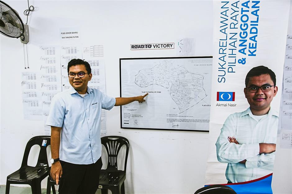 Giant killer: Akmal sharing his GE14 campaign strategy at the PKR office.