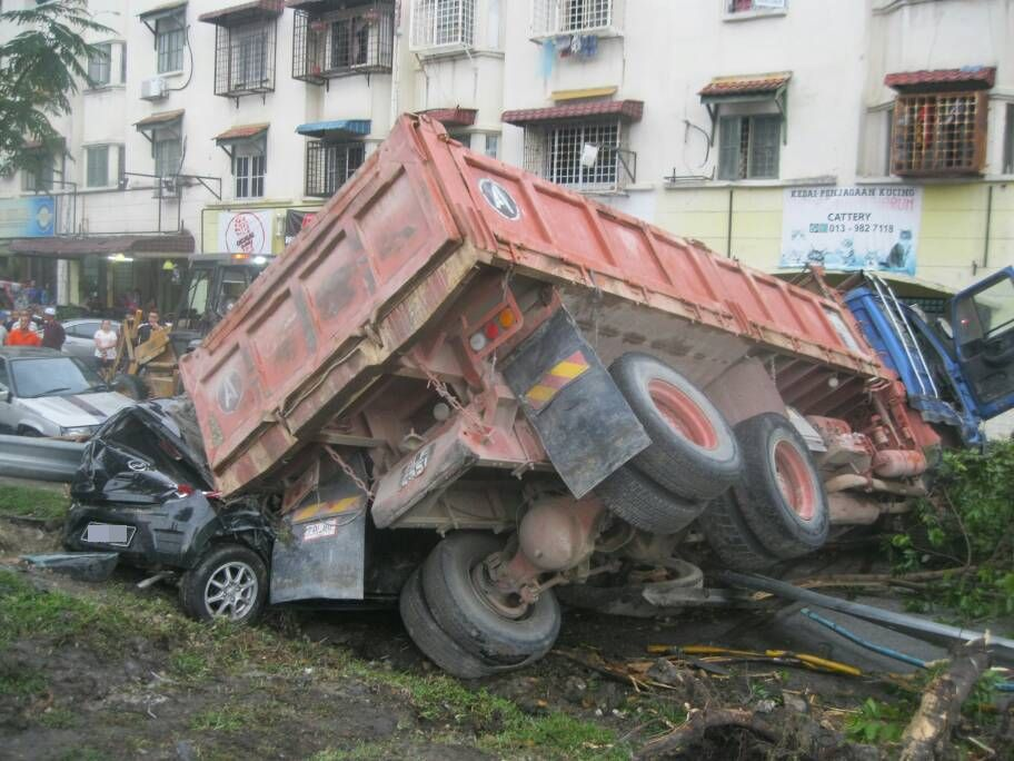 Pictures of lorry crashing into four vehicles go viral | The