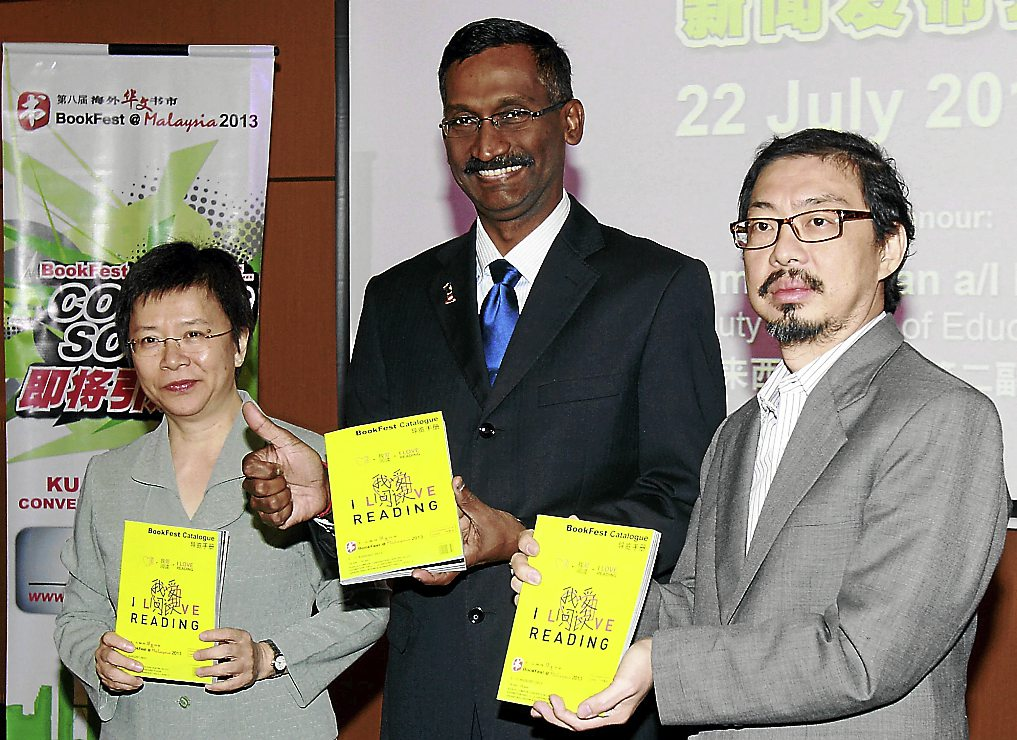 (from left) Popular Book Co. (M) Sdn Bhd executive director Lim Lee Ngoh, Deputy Education Minister P. Kamalanathan and Sin Chew Daily deputy editor-in-chief Tay Tian Yan during the  Popular BookFest@Malaysia press conference.