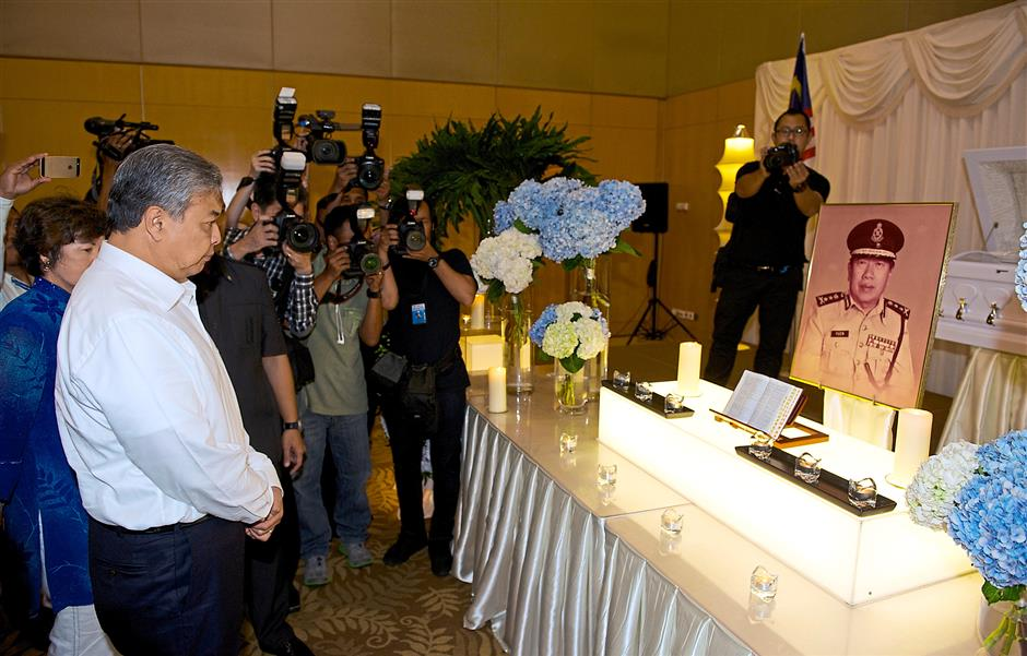 A hero passes on: Deputy Prime Minister Datuk Seri Dr Ahmad Zahid Hamidi paying his last respects to Yuen at his wake in Cheras. u2013 Bernama