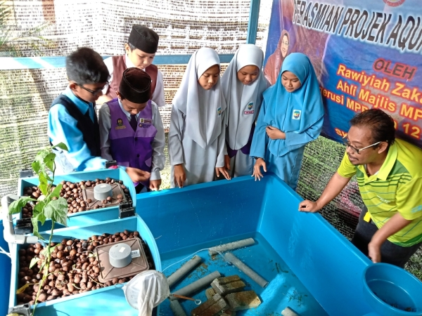 SK Ulu Semenyih agreed to take part in a pilot RM3,000 Australian freshwater crayfish rearing project sponsored by MPKj and headed by Maths and Science teacher Zully Rahimie Zulkifli.