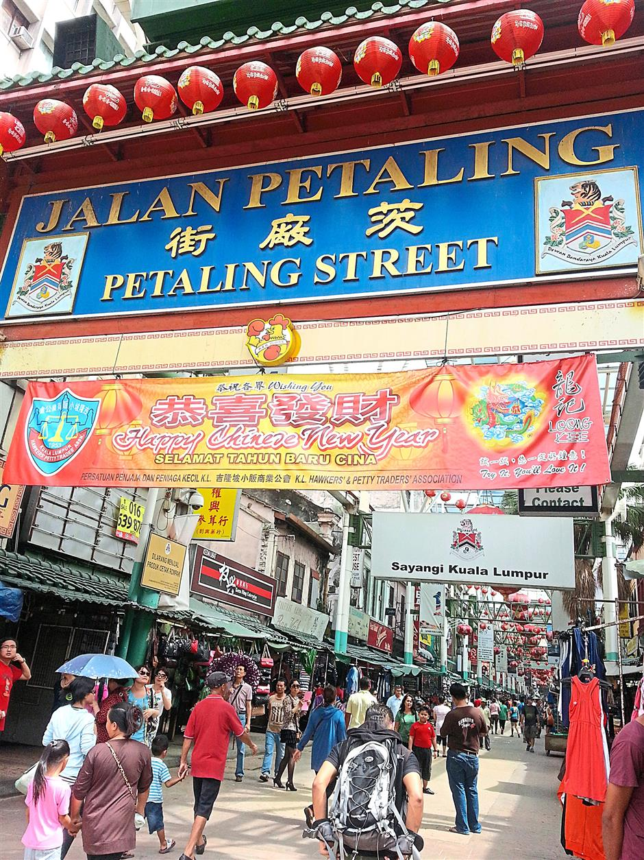 The distinctive green-roofed red arch marks the start of Petaling Street and has become a well known landmark of the city.