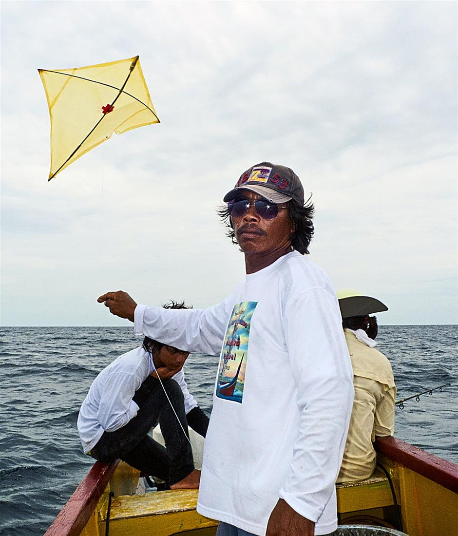 Kite fishing - a combination of angling and kite flying - is making a comeback. The Malay community inSingapore once make a living using this method.