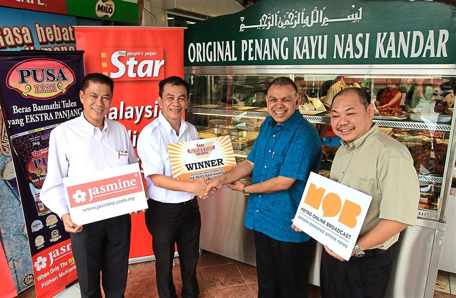 1 Cheang (left), Cheah (second from left) and StarMetro news editor Eddie Chua (right) smiling for the camera as they hand the award to Burhan.2 Good food and good company makes Orginal Penang Kayu Nasi Kandar a good place for family and friends, no matter the day. ufeff3 By lunchtime, a crowd is forming a long line. ufeffPhotos: SAM THAM
