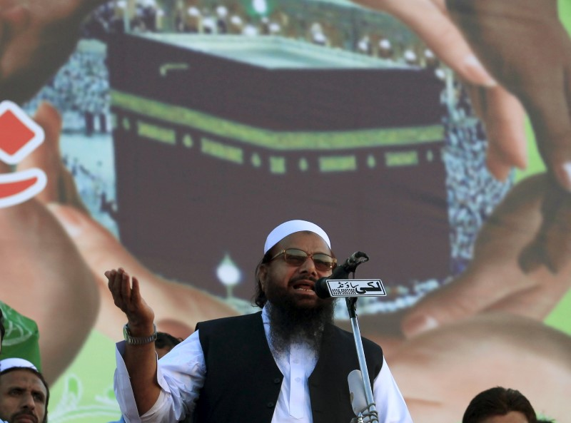 FILE PHOTO: Hafiz Saeed, head of the Jamaat-ud-Dawa organisation and founder of Lashkar-e-Taiba (LET), gestures while addressing his supporters during a protest in support of Saudi Arabia over its intervention in Yemen, in Islamabad April 9, 2015.  REUTERS/Faisal Mahmood