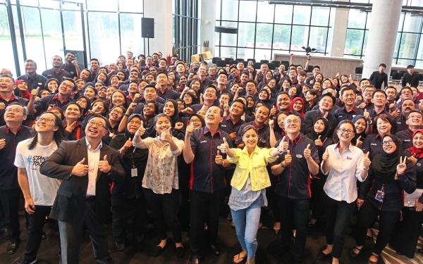 One for the album: Khor (centre) with (front row, from left) R.AGE deputy executive editor and producer Ian Yee, Cheang, Nik Qistina, Lisa, SP Setia Bhd deputy president and chief operating officer Datuk Wong Tuck Wai, Star Media Group chief revenue officer Lydia Wang and SP Setia employees at the companyu2019s headquarters in Setia Alam.