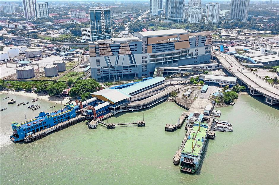 file pix --Ferries docked at Pengkalan SUltan Abdul Halim ferry terminal with Penang Sentral terminal still under construction (behind) in Butterworth on Aug 4, 2018. / Star Pic by LO TERN CHERN / The Star / Aug 4, 2018