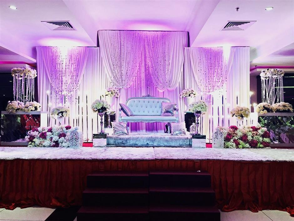 A lovely wedding dais set up at Convention 33Lot 33 in Prangin Mall, George Town, Penang. (Right pic) Guests entering the venue for formal dining events will be wowed by the beautiful arrangement.