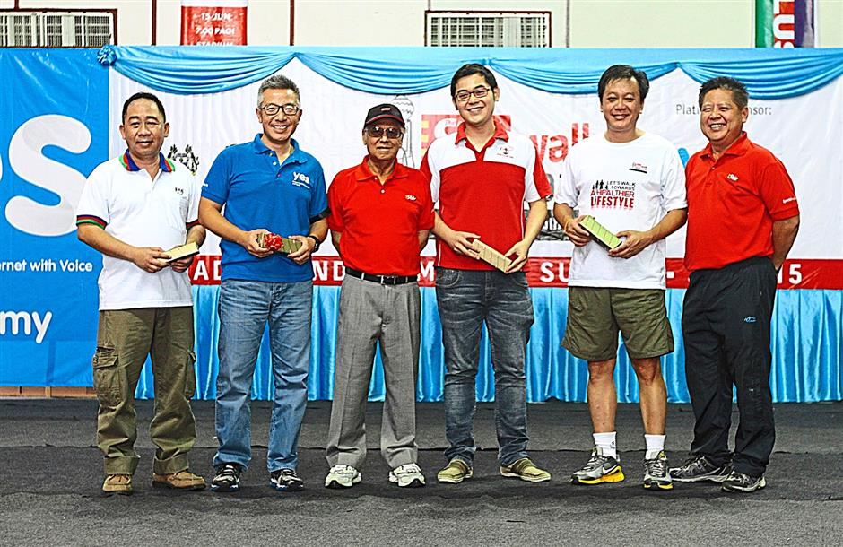 Ipoh Starwalk 2014 platinum sponsor, YTL Communication CEO Lee Wing K. (second from left) together with the walk's Silver sponsors, Dano Ng from 100 Plus (left), Yip Wai Lipfrom BP Healthcare (third from right), Heng Chin Khwang from Magnum (second from right) taking a group photo with Star Publications (M) Berhad executive director Tan Sri Kamal Hashim (third right) and Northern Region manager David Yeoh. June,15,2014. ZHAFARAN NASIB/The Star.