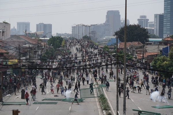 Demonstrators clash with police, not pictured, during a protest in Jakarta, Indonesia, on Wednesday, May 22, 2019. At least six people were killed and hundreds more injured in clashes between police and supporters of Indonesian presidential candidatePrabowo Subiantoin the worst political violence to hit Jakarta in two decades. Photographer: Dimas Ardian/Bloomberg