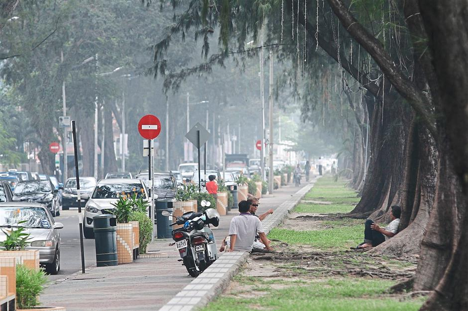 Brief caption: Haze condition at Gurney Drive, Penang. Star pic by: Gary Chen/The Star/September 2, 2015.