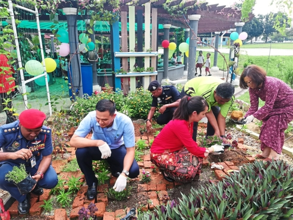 (From left) Subang Jaya fire station chief Syed Shahril Anuar Syed Sulaiman, Zulkurnain, USJ 8 police station chief Asst Supt Jasni Zolpa, Ng, USJ 12 Residents Association chairman Datuk Nor Azman Abdul Rahman and Lee planting flowers at the event.
