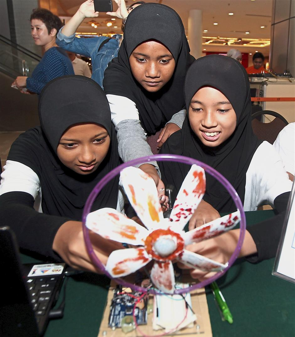 (From left) SK Puchong pupils with their DIY CCTV system at the STEMPuchong Maker Faire 2017.