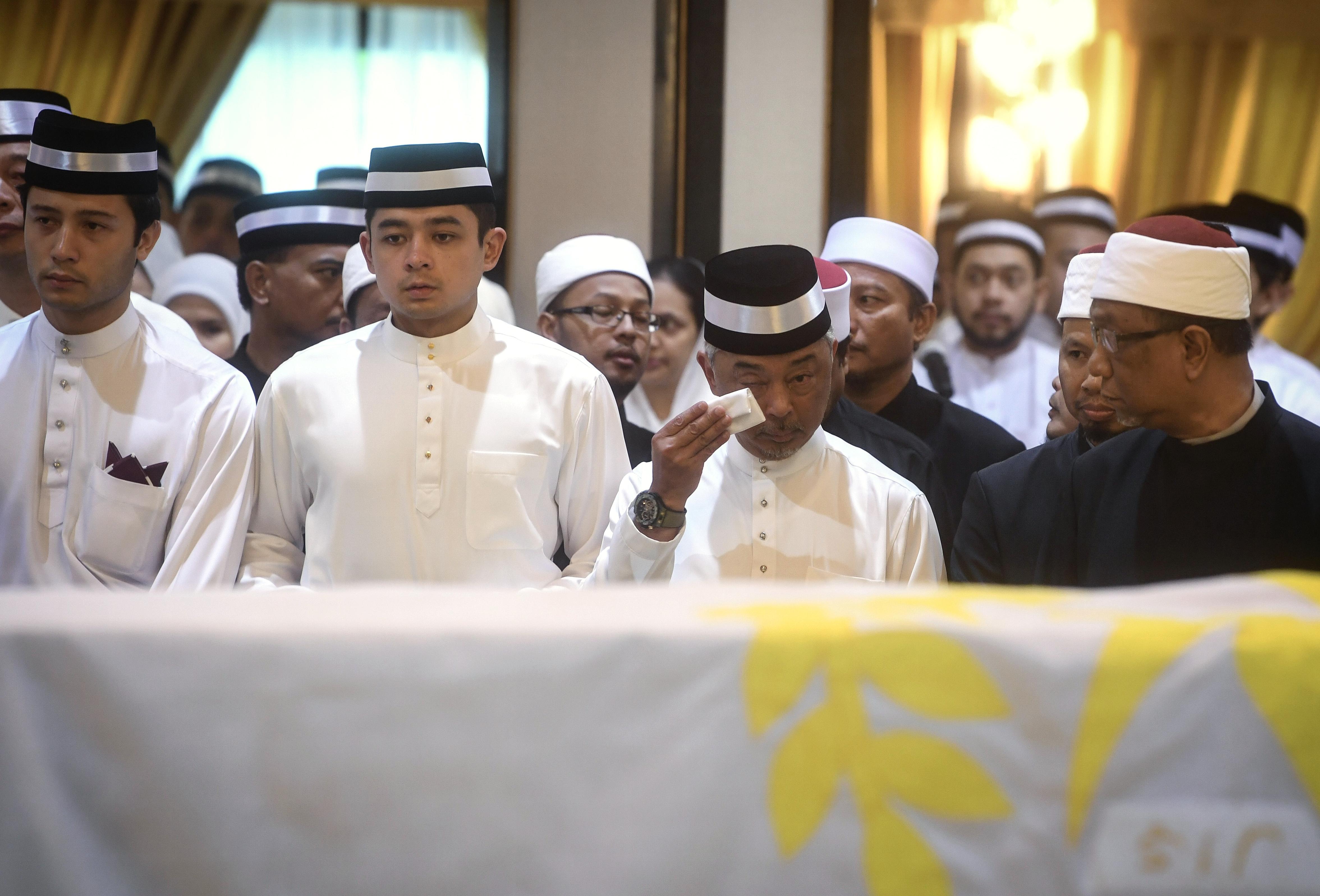 King sheds tears as he pays his last respects to his father
