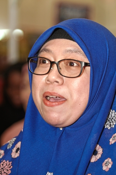 Azrina says the three women will embark on a tour of selected Popular bookstores nationwide throughout the year.