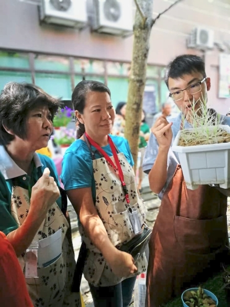 Lim (right) sharing his knowledge of carnivorous plants with those who attended the first Denai Alam Community Garden green event. (Right) Goh sharing on Bokashi composting with Denai Alam residents.
