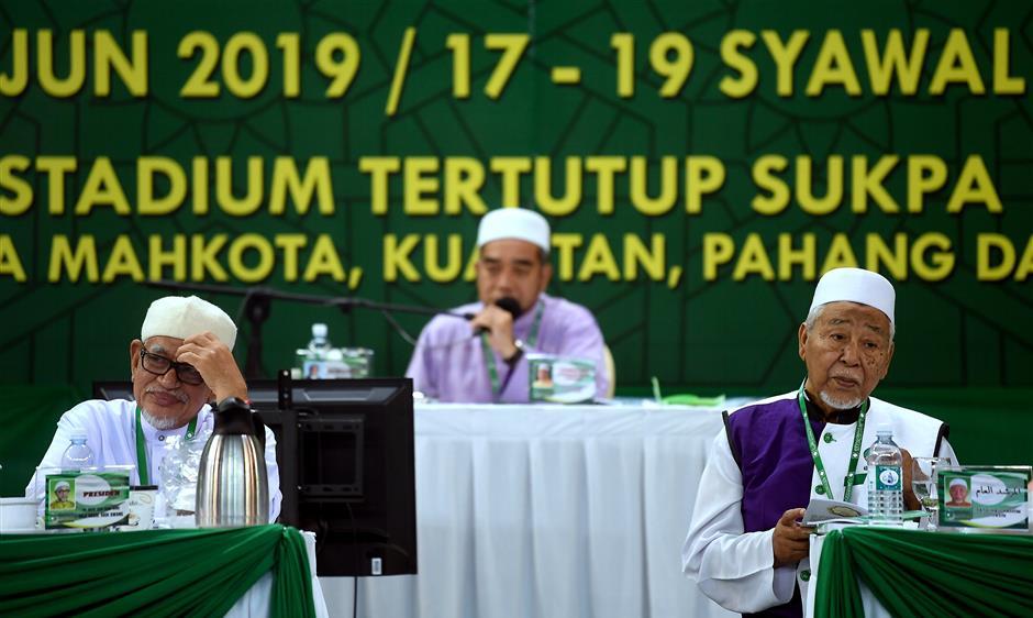 KUANTAN, 22 Jun -- Presiden Pas Datuk Seri Abdul Hadi Awang (kiri) bersama Mursyidul Am Pas Datuk Hashim Jasin (kanan) ketika mendengar perbahasan pada Muktamar Tahunan Pas ke-65 di Kompleks Sukan Pahang, hari ini. -- fotoBERNAMA (2019) HAK CIPTA TERPELIHARA