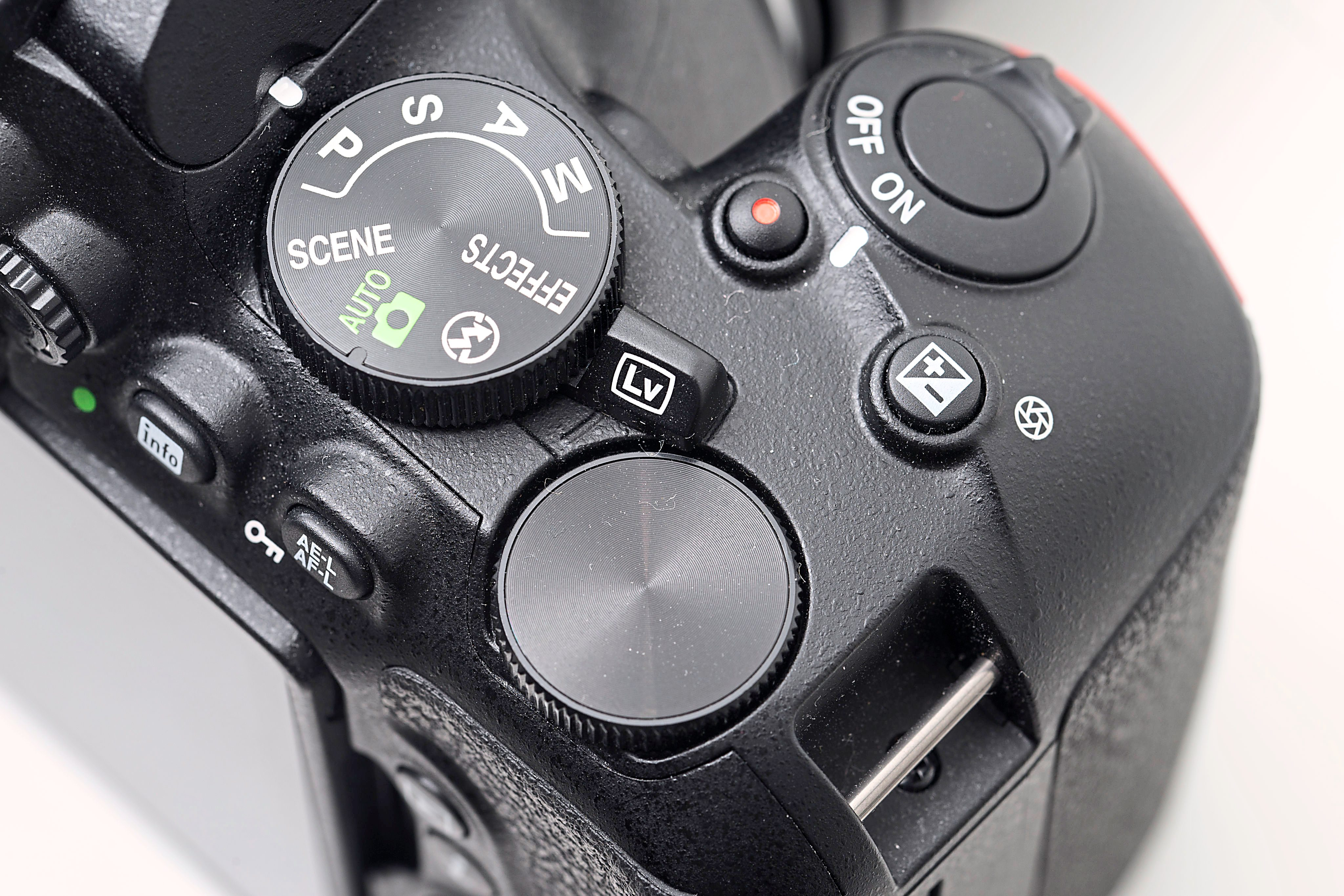 One noticeable change is in the command dial – unlike the D5300, the D5500's is exposed.