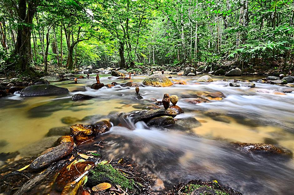 TThe gushing river waters of Ulu Yam is brilliantly captured here which also shows the unusually stacked-up rocks that caught Sanjit's attention.