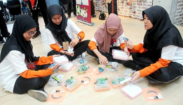 Durrani Umairah (right) with schoolmates (from left) Sofea Dayana Mohd Fairuz, Nur Adryana Khairul Anuar and Nur Fariza Athirah Rosli from SMK Seksyen 19 at the bootcamp.