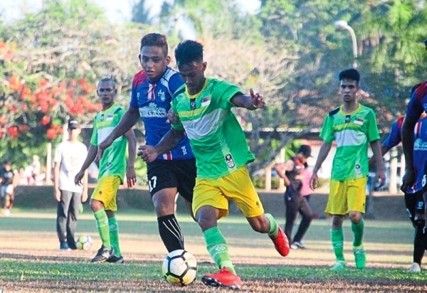 A player from Melaka (in green) makes his way past a defender in the match against Terengganu during the championships.