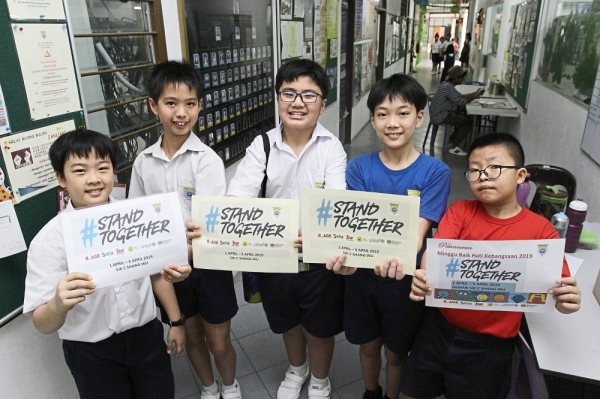 All for one: SJKC Shang Wu pupils showing their support for the campaign.