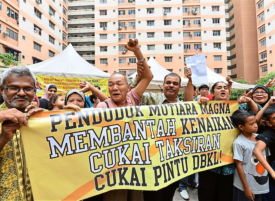 Up in arms: Residents of Mutiara Magna Flats in Kepong are objecting to the proposed hike in assessment charges by DBKL during a gathering recently.