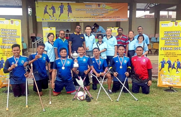 The amputees from the Pan-Disability Football Club with Rotary Club Teluk Intan members at the event.