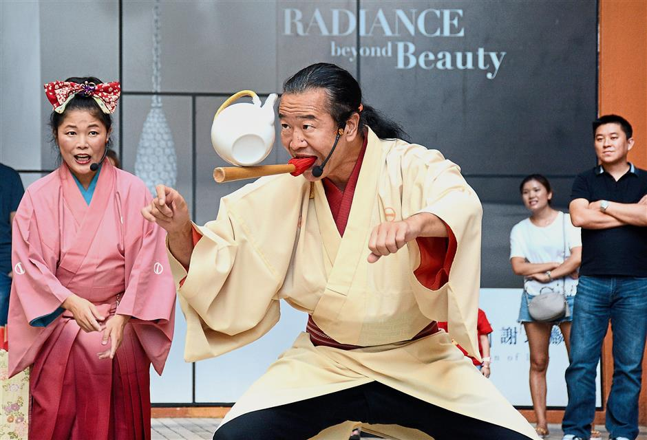 Edo-Daikagura performers Senmaru (right) and Yuki (left) entertaining the crowd with their balancing acts. (Jeremy Tan / Aug 23, 2018)