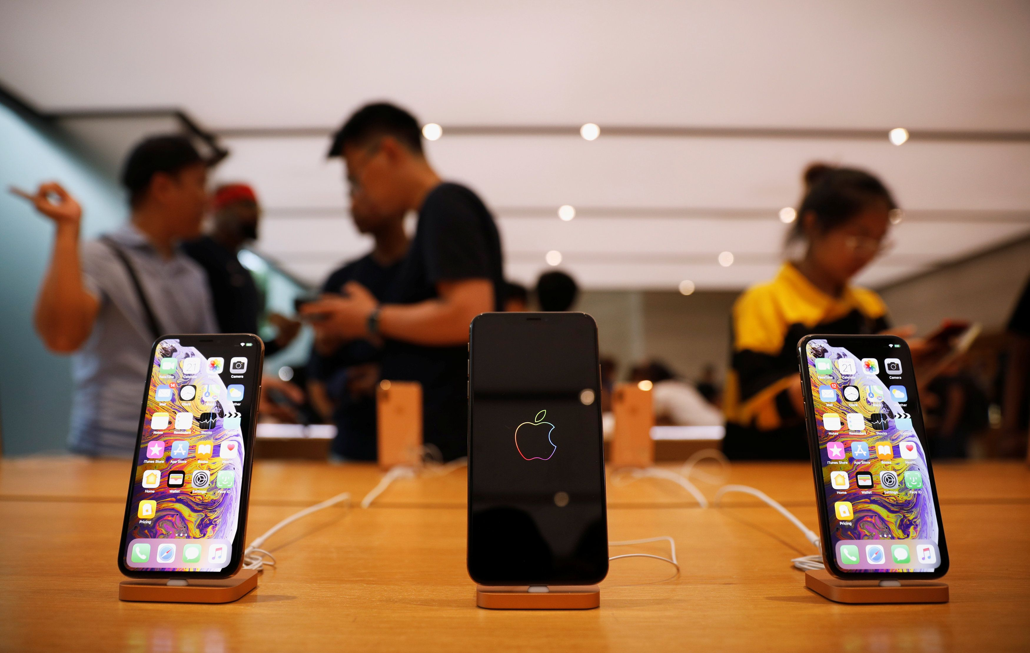 The iPhone XS and iPhone XS Max are displayed at the Apple Store in Singapore September 21, 2018. REUTERS/Edgar Su