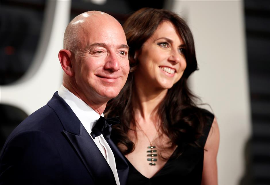 FILE PHOTO: 89th Academy Awards - Oscars Vanity Fair Party - Beverly Hills, California, U.S. - 26/02/17 u2013 Amazon\'s Jeff Bezos and his wife MacKenzie Bezos. REUTERS/Danny Moloshok/File Photo