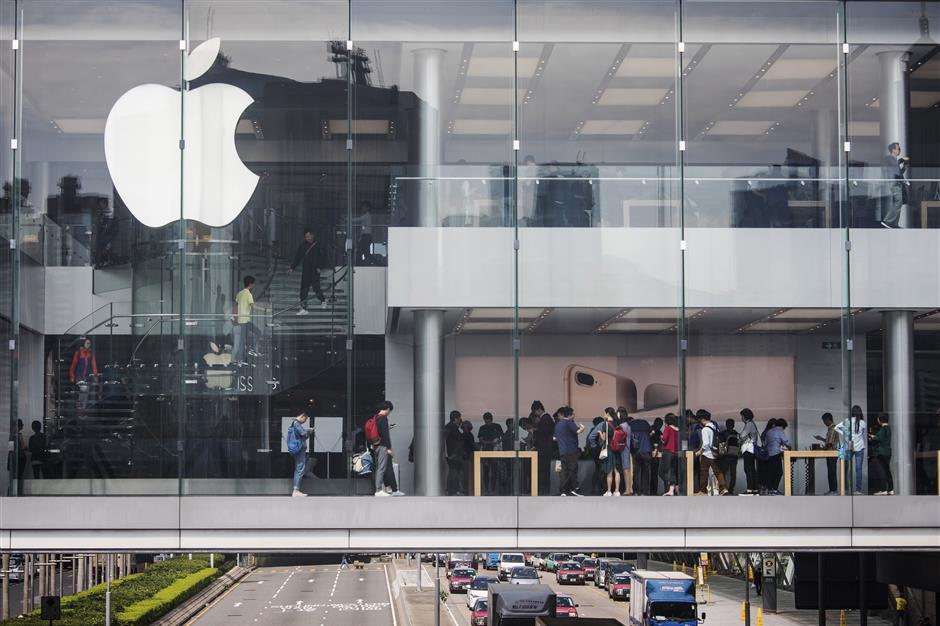 Customers browse inside an Apple Inc. store at Two International Financial Center (IFC) in Hong Kong, China, on Friday, Nov. 3, 2017. Long lines formed outsideu00a0Apple stores around the world, a sign of strong demand from consumers waiting for the company\'su00a010th anniversaryu00a0iPhoneu00a0X. Photographer: Justin Chin/Bloomberg