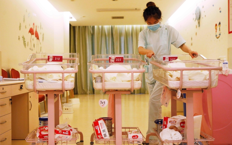 More Shanghai babies given mother's surname as China's old