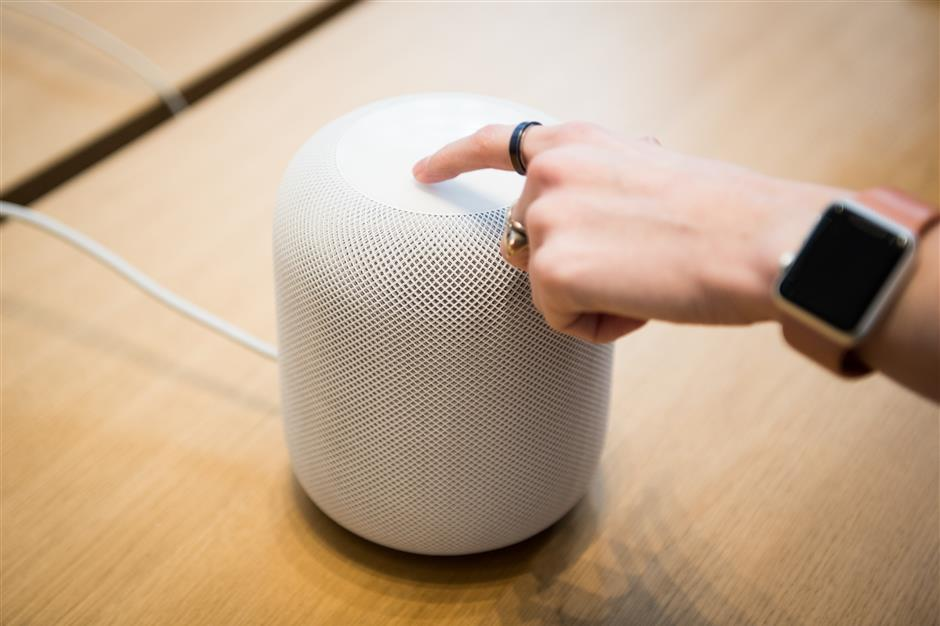 An employee demonstrates the HomePod speaker on the first day of sales at an Apple Inc. store in New York, U.S., on Friday, Feb. 9, 2018. Apple Inc.'s newu00a0HomePodu00a0speaker was praised by early reviewers for its audio quality but panned for its integration with the company's Siri digital assistant. Photographer: Mark Kauzlarich/Bloomberg