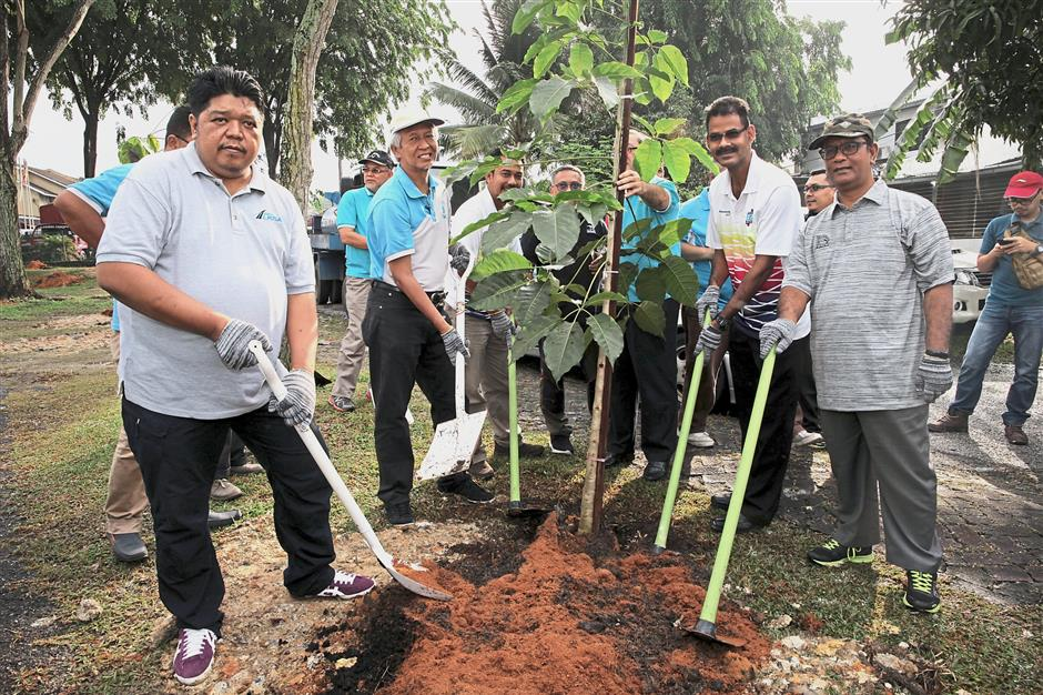 (From left) Harris, MBSA councillor Harri Mohammad Hassan, (second, right), Papparaidu (second from right) and MBSA deputy secretary Rosli Bakar planting a tree to launch the effort at Taman Rekreasi Bandar Baru Sungai Buloh in Section U20, Shah Alam.