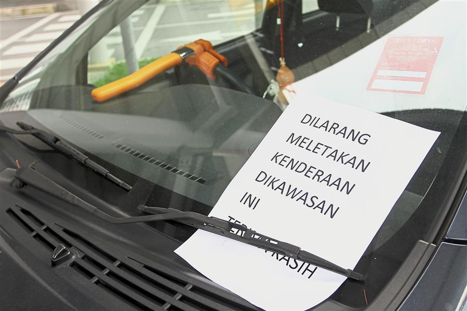 Motorists are not deterred by the warning notices placed on the windscreen by the LRT management.
