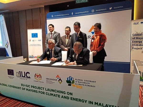 DBKL executive director (planning) Datuk Mahadi Che Ngah (seated, right) and Putrajaya Corporation senior vice-president Datuk Omairi Hashim (seated, left) signing papers of commitment to join the Global Covenant of Mayors for Climate and Energy to combat climate change.
