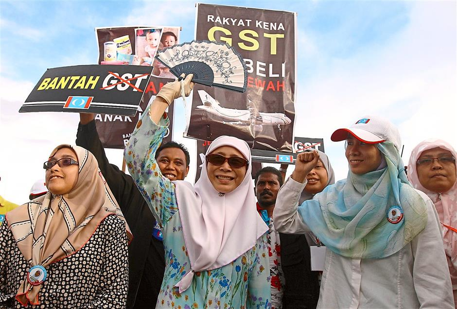 Joining the fray: PKR candidate Wan Azizah waving to supporters at the Anti-GST rally held at Tapak Expo in Seberang Jaya, Penang. ?(Right pic) Independent candidate Salleh speaking to journalists during a press conference at the Penang Golf Resort in Bertam, Kepala Batas.
