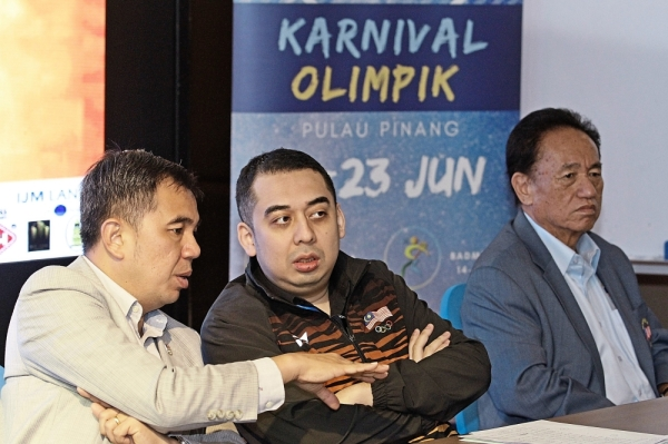 Soon (beige jacket) discussing an issue with Mohd Nazifuddin         during the press conference at Vouk Hotel in George Town. With them  is OCM vice-    president Datuk Ong Poh Eng.