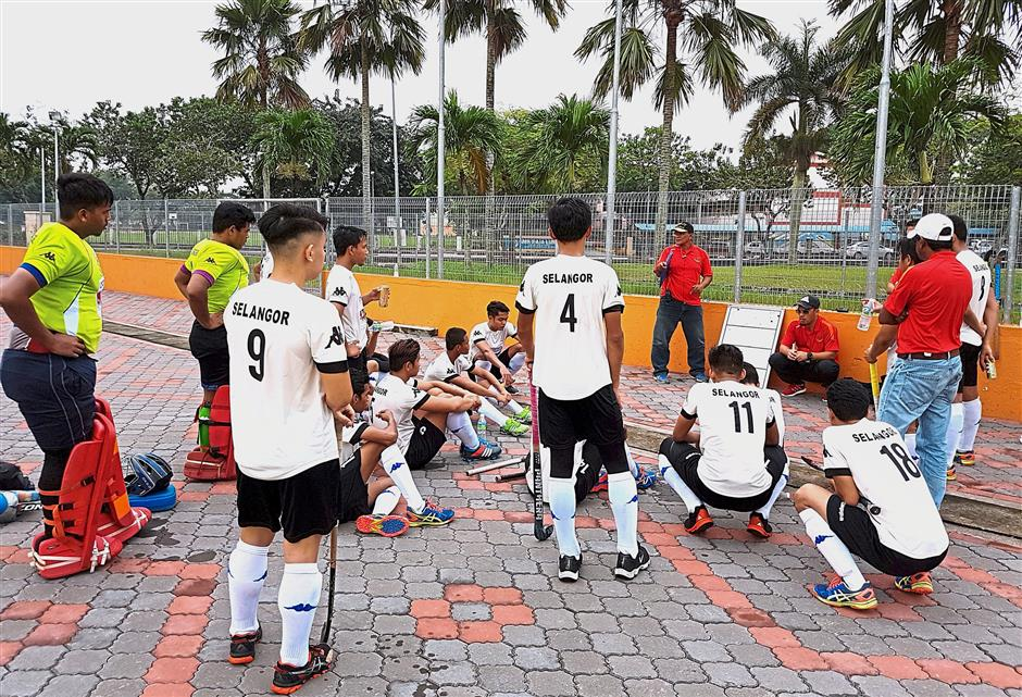 The Selangor squad discussing their strategy during the half-time break against Olak.